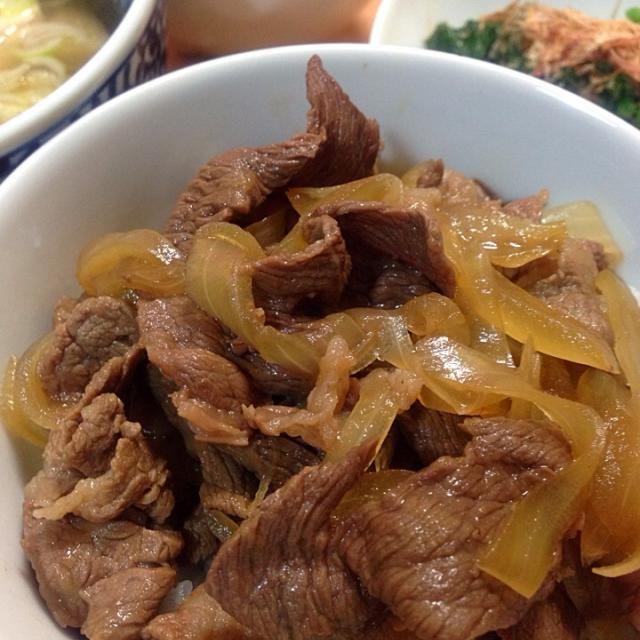 出汁、酒、醤油、三温糖でシンプルに味つけ。早・楽・旨!  副菜…もずく酢、ほうれん草のおひたし、カブとつくねのスープ(昨日の残り) - 34件のもぐもぐ - 牛丼\(^o^)/ by machiruda11