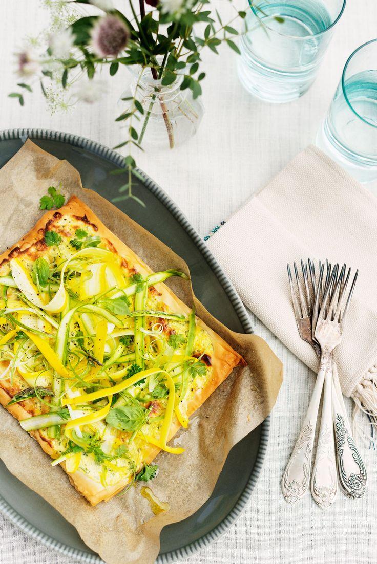 Paj är alltid gott och passar lika bra som enkel lunch eller som ett inslag på buffén. Här en filodegsbotten som toppas med färska örter, zucchini och sparris.