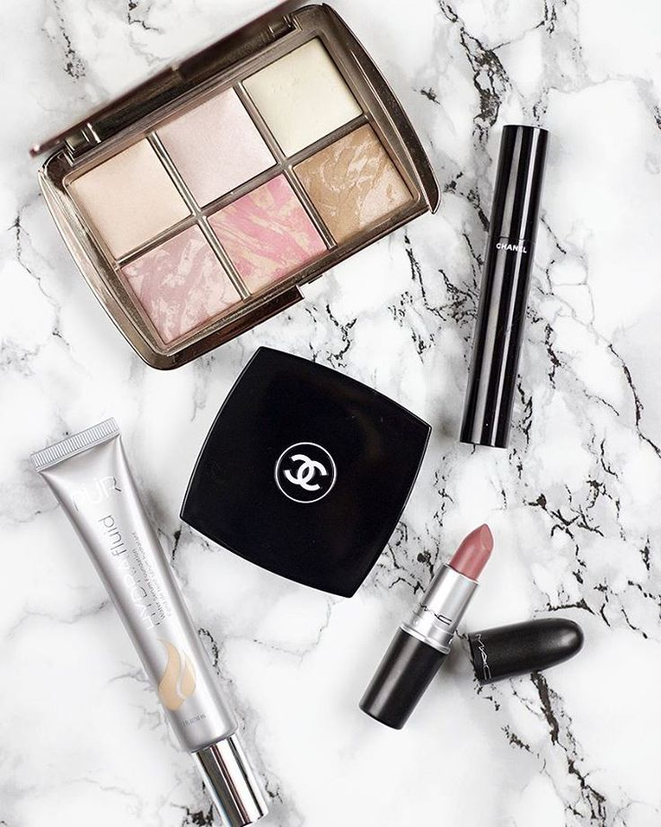 """Monday face  #monday #bbloggers #lbloggers @hourglasscosmetics Ambient Lighting Edit Palette @chanel Le Volume de Chanel mascara & Natural Finish Pressed…"""