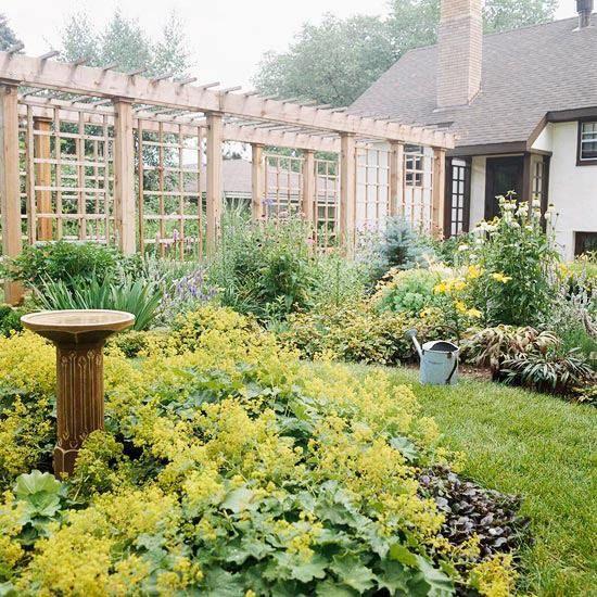 lange Holzpergola-üppiger Garten