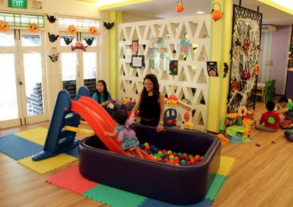 Fun and colorful kids playroom in small preschool and kindergarten classroom layout decorating - Daycare room design ...