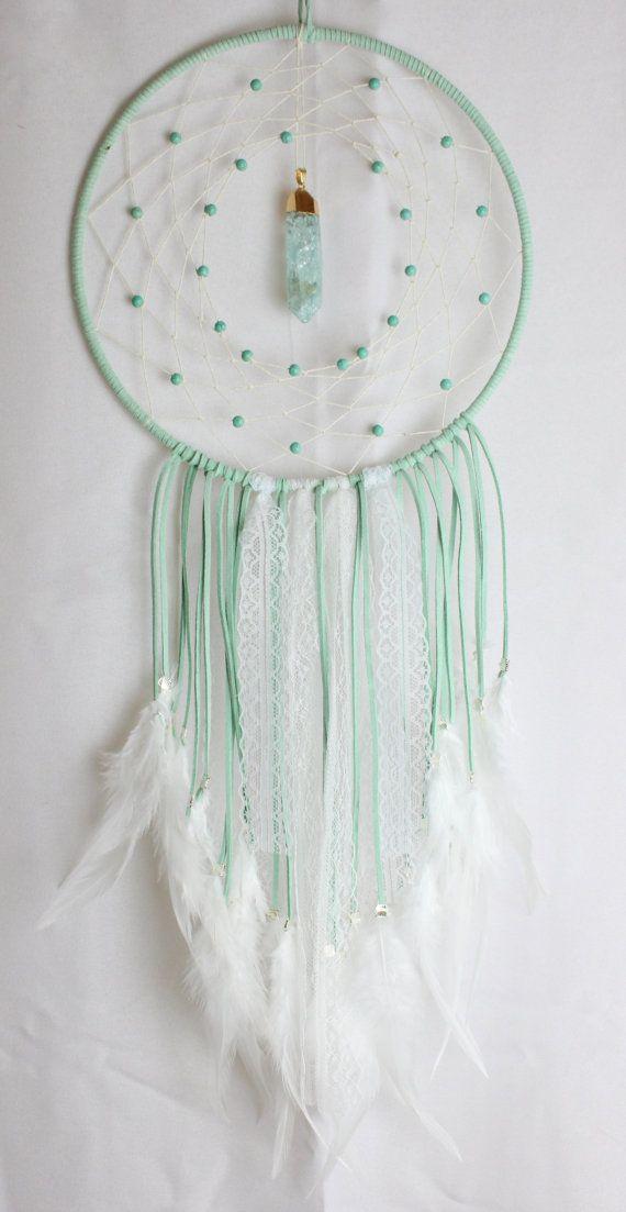 Grand Mint Light Green Dream Catcher avec perles Howlite, un verre & pendentif or, dentelle blanche et plumes blanches