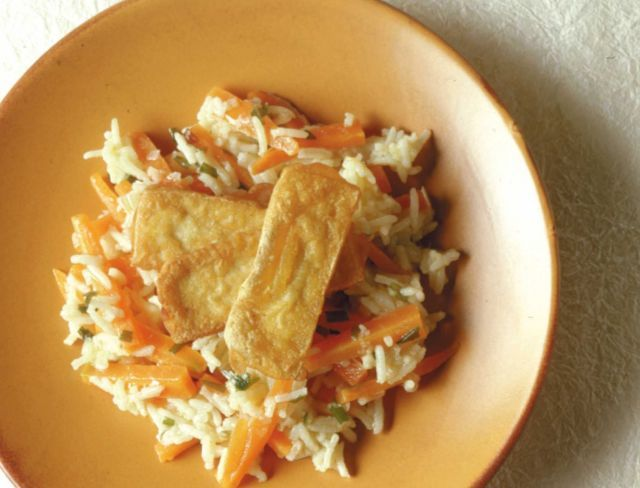 Tofu fritto su riso alle carote - vegan