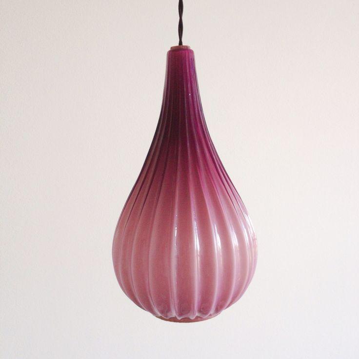 Lámpara vintage morada años 60. (Aprox. 330x180 mm Alt x Anch) Puedes personalizar tu lámpara por encargo. Disponemos de diferentes accesorios y cables de colores.