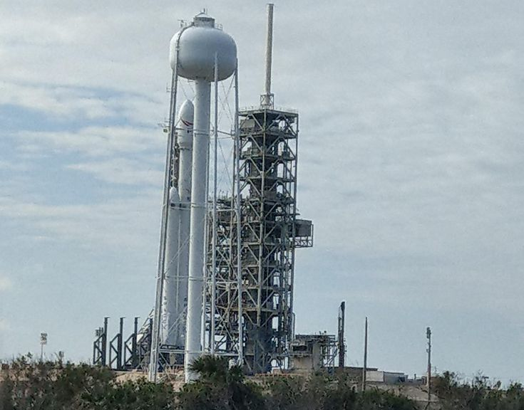 [OC] SpaceX Falcon Heavy goes vertical on Pad 39A for the first time (2967x 2326) [r/spacex x-post post] http://ift.tt/2DqSczl