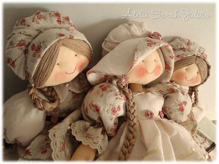 Coleção de camponesas Larissa. Bonecas de pano com 55 cm de comprimento, cabelo de linha trançado, gorros, chapéu e roupas em linho liso e estampado.