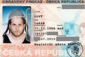 """Lukas Novy, da cidade de Brno, na República Tcheca, conseguiu uma foto diferente para o seu documento de identidade. Ele usou um escorredor de macarrão na cabeça. Novy disse que usava o estranho capacete por motivos religiosos. Ele afirmou pertencer à  """"Igreja do Monstro de Espaguete Voador"""",  da religião do """"pastafarianismo""""."""
