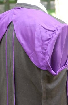 Half lining, overlapping, with full sleeve lining sewn at armscye seam on bottom. The Hong Kong binding matches the lining.