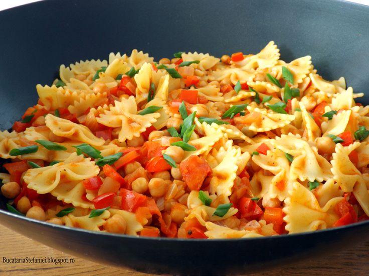 Retete culinare : Farfalle cu rosii, ardei si naut, Reteta postata de BucatariaS in categoria Farfalle