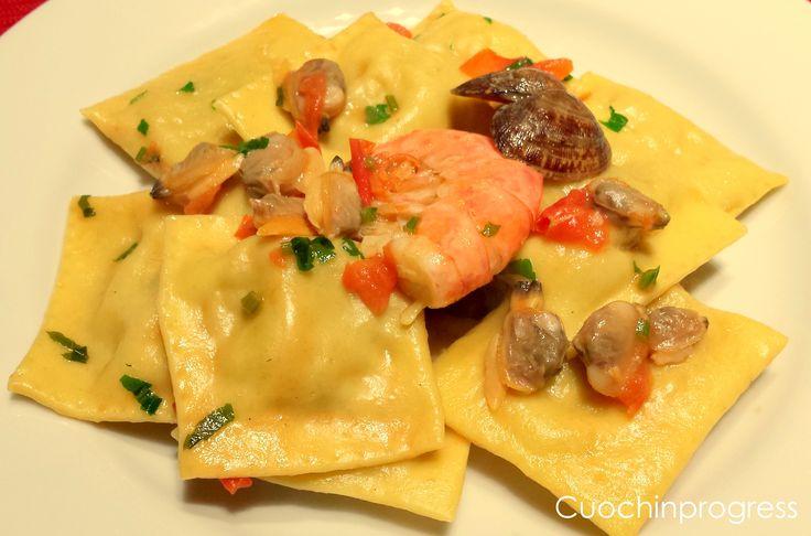 Questi ravioli sono un primo piatto di mare gustoso dal ripieno ricco di gamberoni e patate e costituiscono un primo piatto delizioso e raffinato con cui stupire i vostri ospiti.