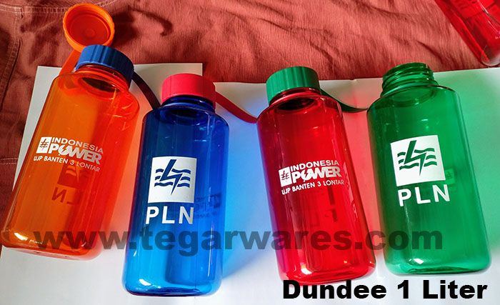 Many people ignore the importance of drinking or ignoring the risk of dehydration. It's a good idea to equip your employees with a large capacity bottle but comfortable to carry and looks cool. Dundee waterbottles, available in four color: red, blue, green and orange. Ideal for mining employees, infrastructure projects, plantations and so on. View image above a Dundee ordered by PLN and PT Indonesia Power, A power plant company located in Kramat Lontar Tangerang Banten Indonesia.