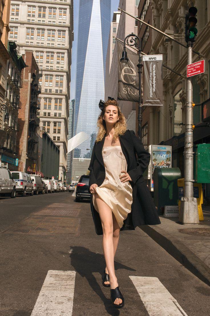 Куртка, Dsquared2; нагрудник, Prada; юбка, Agnona; юбка, American Apparel; чокер, Christian Dior; обувь, Miu Miu