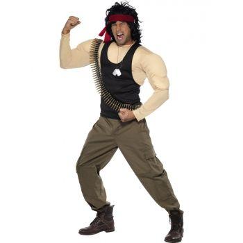 Compleet Rambo kostuum met spieren voor heren. Dit complete Rambo kostuum bestaat uit een gespierd shirt, broek, pruik, litteken, kogelriem en dog tags. Carnavalskleding 2015 #carnaval