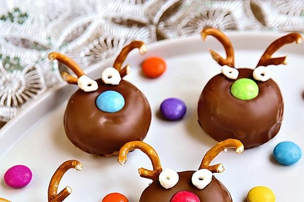 Reindeer doughnuts. A quick Christmas sweet snack, quick, easy and fun to make with the kids