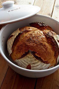 """Schon über Jahre erreichten mich Anfragen, ob es möglich sei, im Römertopf Brot zu backen. """"Muss ja"""" war meine innere Antwort, immerhin wirbt die Firma Römertopf damit und vertreibt auch eine Art tönerne Kastenform zum Brotbacken. Als nun eine Anfrage von Römertopf kam, das Brotbacken darin zu testen, war die Zeit gekommen, dem Material auf Weiterlesen..."""