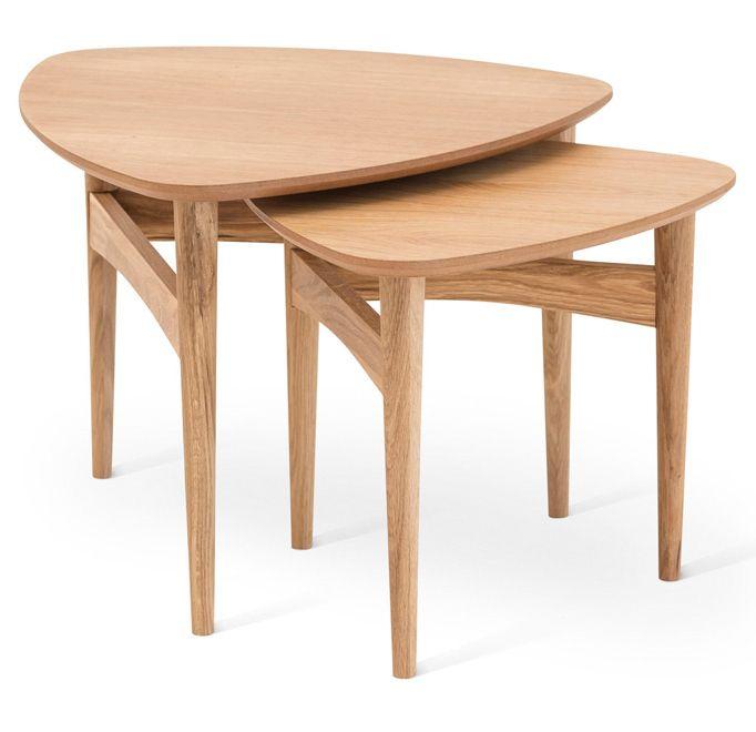Mysig liten möbelserie i massiv björk som består av soffbord, satsbord, fåtölj, fotpall och gungstol.Du kan även välja dynor i tre olika tyger för att skapa din personliga stil.Från Torkelson.Satsbord i massiv oljad ek.Antal per förpackning: 2 st i olika storlekBredd: 61/49 cmHöjd: 46/42 cmDjup: 60/48 cmVikt: 10 kg