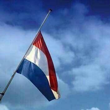 4 mei om 18:00 uur vlag halfstok Dodenherdenking
