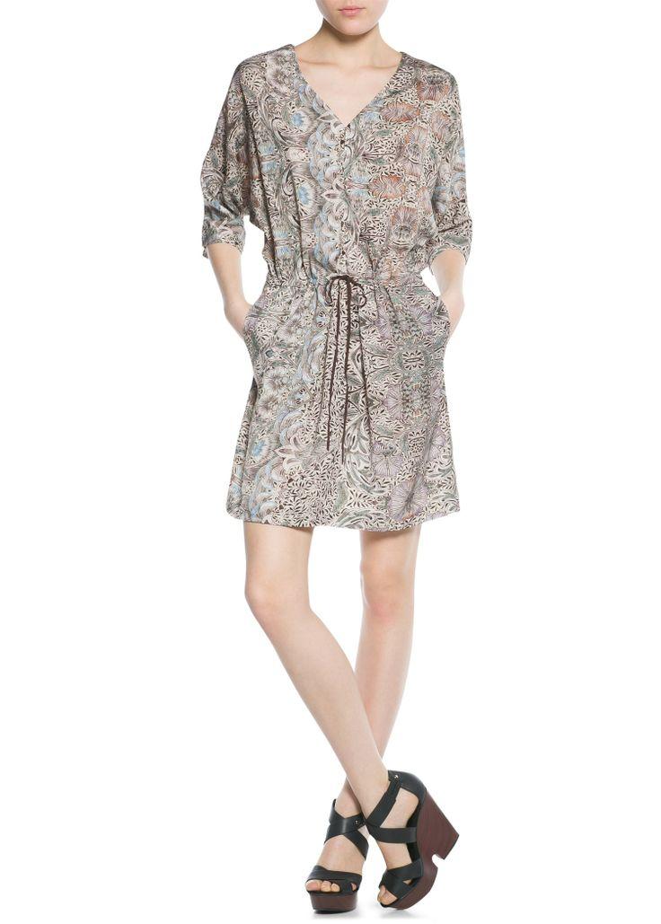 MANGO JURK MET GECOMBINEERDE PRINTS REF. 21043552 - RANIAS €44,99  Soepelvallende jurk met barokke en bloemenprint. V-hals met uitsnijding en knoopsluiting, driekwart vleermuismouwen en aansnoerkoord in de taille.