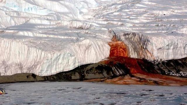 El origen del curioso color rojo de estas cataratas no son las algas, como se creyó una vez