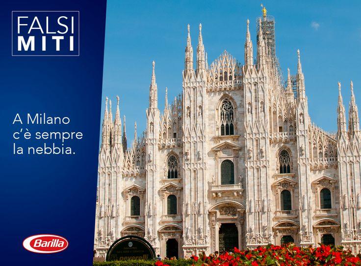La nebbia rende Milano sicuramente molto suggestiva, ma non è più così frequente come si crede! Attualmente le giornate realmente nebbiose sono un caso raro in città: ben più frequenti sono le giornate di sole, che rendono il Duomo ancora più affascinante.