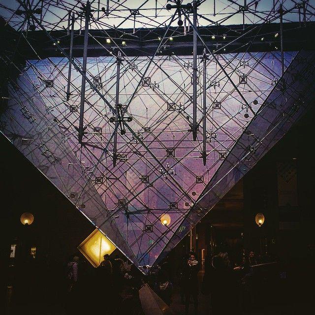 La pyramide du musée du Louvre / Интересно если верить что пирамидальные конструкции ( как например Египетские пирамиды ) предназначены для накопления энергии то обратная пирамида Лувра предназначена для ее выпуска ?  _______________________________________ #travel #ig_europe #paris #france #LOVES_FRANCE_ #visiting #instatravel #instago #instagood #trip #photooftheday #louvrepyramid #travelling #tourism #lyoncity #instapassport #instatraveling #инстаграмнедели #фотодня #travelingram…
