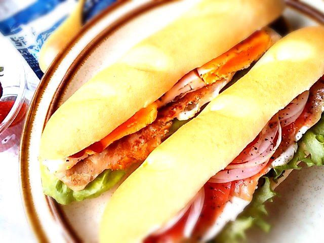 コープで買ったバニーユで、簡単サンドイッチのお弁当。 サーモンの方は新タマネギのスライスをたっぷりと。 他にインスタントのクラムチャウダーと苺。 - 145件のもぐもぐ - サーモン&クリームチーズ、ベーコンエッグのサンドイッチ弁当 by Ako