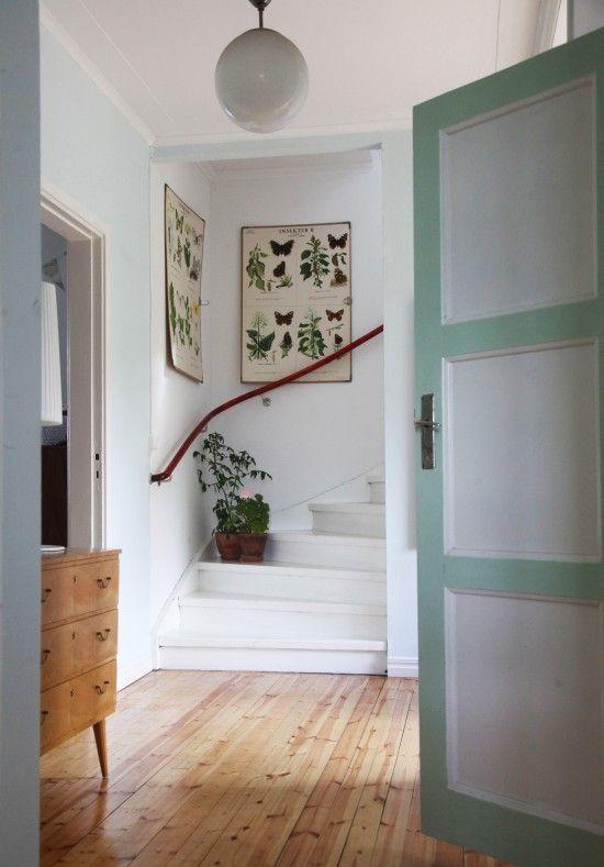 Skolplanscher, målad trapp och blommor på trappsteget.