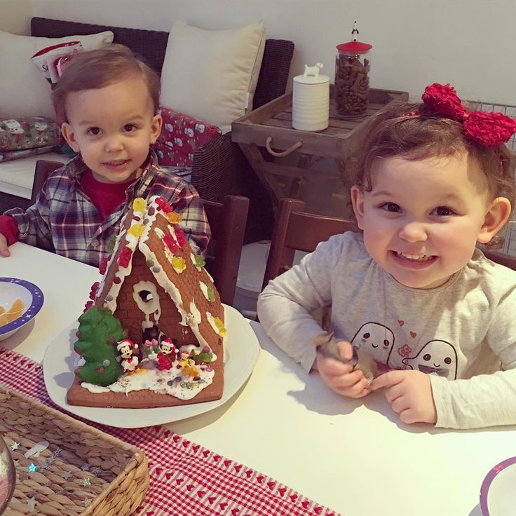 """We made a gingerbread house!! ☃❄️ #emiliaandeduardo #sacconejolychristmas #mickeymousegingerbreadhouse"""