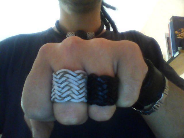 anelli in vera pelle....fatti a mano...di vari colori...e tipi diversi di intrecci...resistenti...