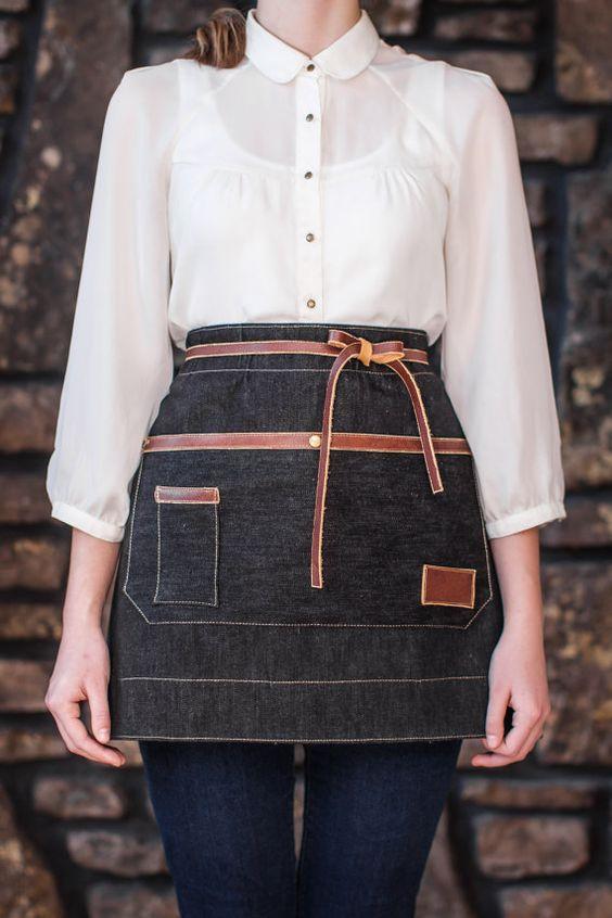Figura 7 - Avental jeans com fitas de couro. Look feminino.