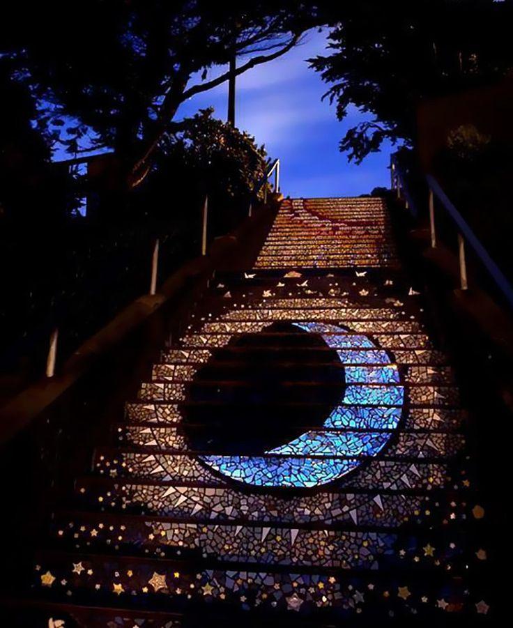 Essa escadaria em São Francisco tem um mosaico de Lua que brilha durante a noite