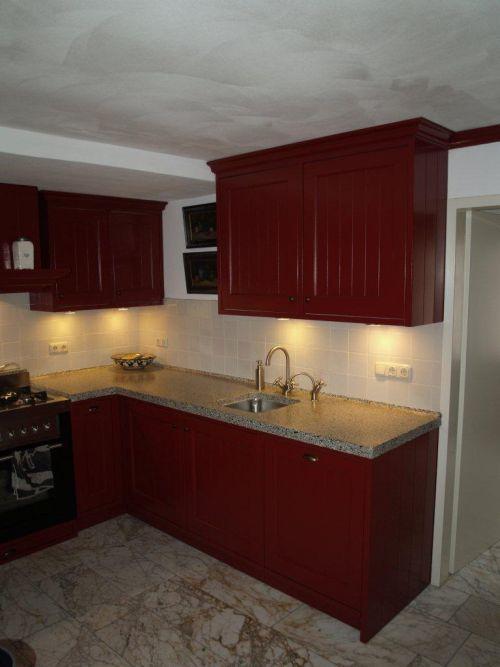 Vri interieur landelijke keuken klassiek rood met terrazzo blad houten laden en fornuis - Aardewerk rode keuken ...