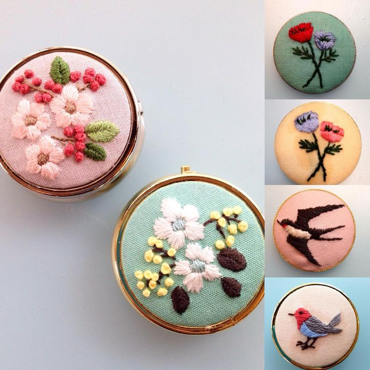 今週の『アンナとラパン』参加者さんの作品。 ピルケースはお友達同士で一緒に作られたそうです。 しかも刺繍合宿をされたそうで! 温泉に行って宿でひたすら刺繍していたとか。 刺繍がすごく楽しいのが作品からも伝わってきますね〜