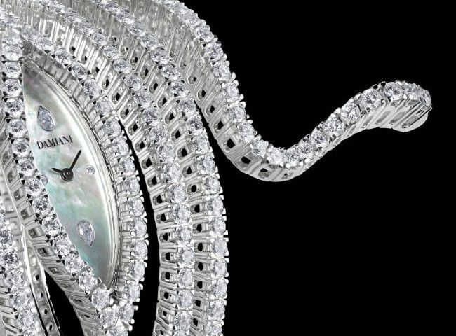 A soft white gold and diamond spiral, enveloping and fascinating like a snake to live in a paradise in sync with the times. Elegant and seductive, the Eden collection echoes the Pièce Unique Damiani bracelet, winner of the 18th World Jewelry Oscar. The Eden watch is a real Italian jewelry masterpiece: its 7 white gold rows adorned with 426 diamonds, circle the arm in a precious and feminine way.