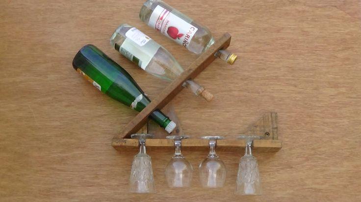 Soporte para colgar,tres botellas   de vino y cuatro copas