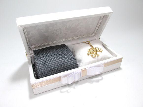 Linda caixa para convidar os seus padrinhos de casamento. Incluso almofadinha para vc colocar a joia da madrinha. Não incluso gravata e joia. R$ 45,00