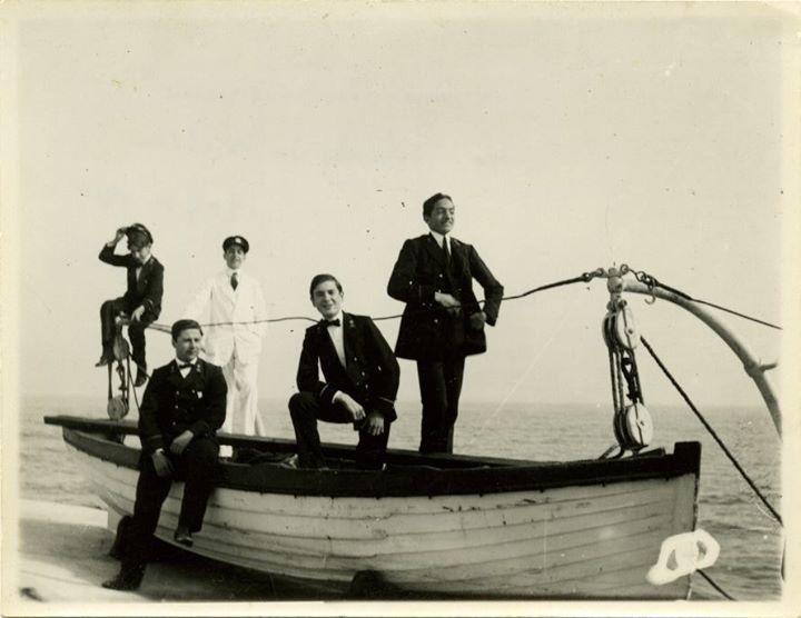 Almada Negreiros e os seus colegas do Colégio de Campolide no Portinho da Arrábida em 1909