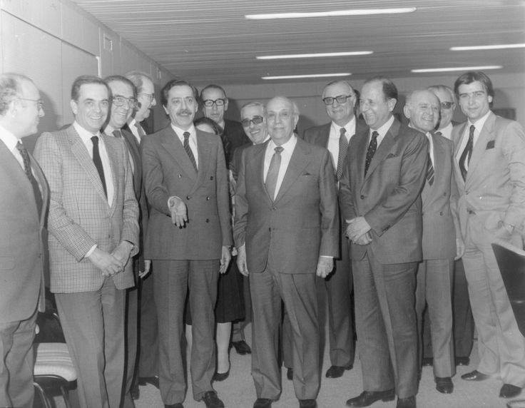 Ο υπουργός Εμπορικής Ναυτιλίας Γιώργος Κατσιφάρας σε εθιμοτυπική του επίσκεψη στην Ένωση Ελλήνων Εφοπλιστών το 1982. Διακρίνονται από αριστερά: Παν.Τσάκος, Γιάννης Γκούμας, Αριστομ. Καραγεώργης, Γ. Λαναράς, Γ. Κατσιφάρας, Κ. Φαφαλιός, ο σύμβουλος του υπουργού Μοντεσάντος, Κ. Μ. Λεμός, Ν. Επιφανειάδης, Γ. Δρακόπουλος, Κωνστ. Προκόπης, Εμμ. Τραντάς και Γ. Φουστάνος. / The Minister of Merchant Marine George Katsifaras, during a visit at the offices of the Union of Greek Shipowners in summer…