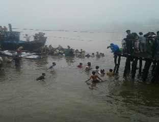 Dihantam Kayu Log, Kapal Bermuatan Rp600 Juta Karam di Pelabuhan