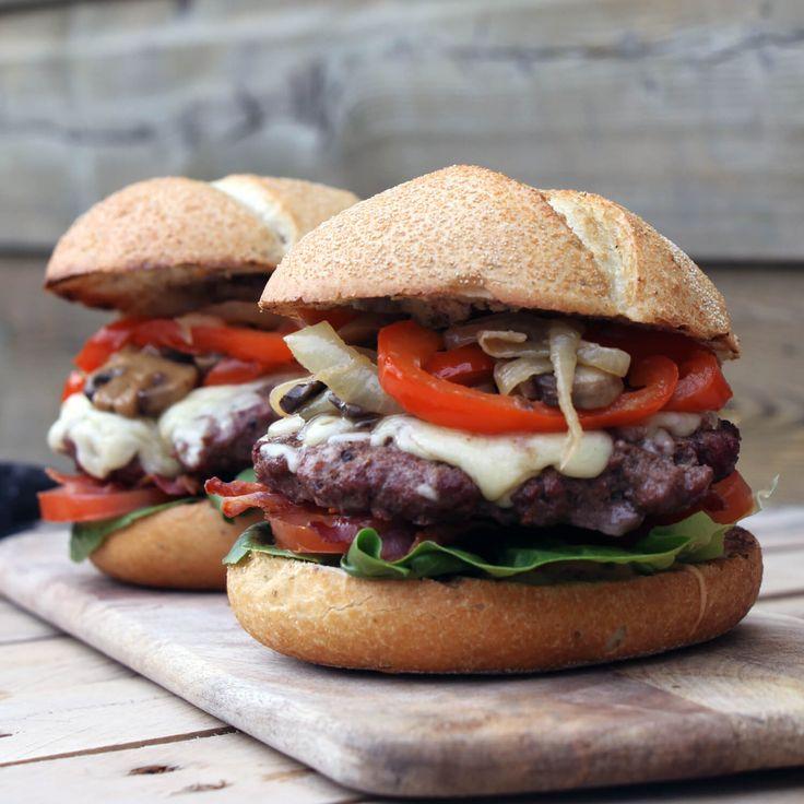 Op zoek naar een heerlijk hamburger recept? Dit BBQ recept voor boeren burgers, met tomaat, bacon, kaas, champignons, uien en rode paprika is wat je zoekt!
