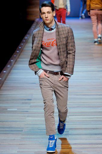 мужчина в клетчатом пиджаке и сникерах