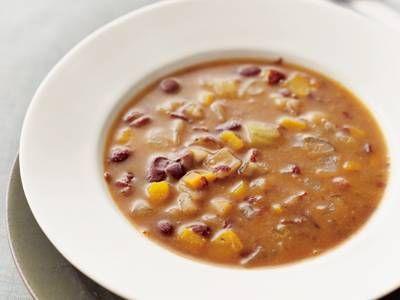 落合 務さんのたまねぎを使った「たっぷり野菜と豆のスープ」のレシピページです。カロテンと食物繊維が豊富な野菜、豆をコトコト煮込んだ「免疫力強化レシピ」です!とろみのあるスープで体も芯から温まりますよ。 材料: たまねぎ、にんじん、セロリ、かぼちゃ、大根、ごぼう、トマト、キドニービーンズ、パルメザンチーズ、オリーブ油、塩、こしょう