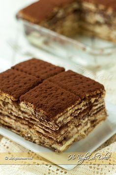 Mattonella di biscotti e crema, un dolce senza cottura preparato con biscotti secchi tipo oro saiwa, crema pasticcera e cioccolato. Ricetta golosa e facile.