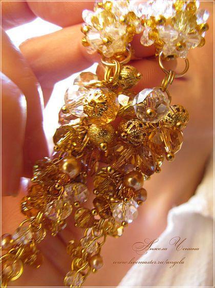 Купить или заказать Длинные серьги-гроздья 'Осеннее солнце' в интернет-магазине на Ярмарке Мастеров. Длинные серьги-подвески из стеклянных и металлических сверкающих бусин очень красивого цвета, разных оттенков осенних тонов, от светло-золотого до густого медового. Обратите внимание - эти серьги сделаны на основе застежек-клипс, то есть носить их можно и с непроколотыми мочками ушей :-) Застежка-клипса плоская и круглая (с лицевой стороны она полностью закрыта декором из мелких бусино...