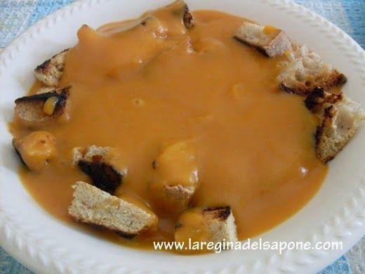 VELLUTATA DI ZUCCA E PATATE  Ingredienti x 2:   1 spicchio grande di zucca  1-2 patate  1 cipolla di media grandezza  brodo vegetale  cori...