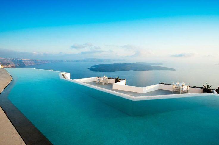 """Sie alle haben eins gemeinsam: Zwischen dem Meer, der Natur oder dem Horizont und dem Becken scheint es keine Grenzen zu geben. Daher auch der Name: """"Infinity Pools"""", Schwimmbecken der Unendlichkeit. TRAVELBOOK zeigt die 12 schönsten in Europa."""
