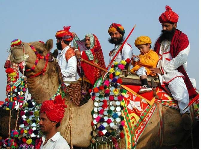There are fairs with snake charmers, puppeteers, acrobats and folk performers. Camels play a prominent role in this festival.
