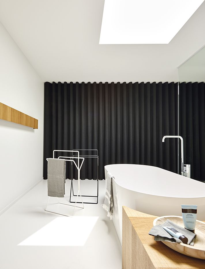 La bañera es el modelo Inbe, de Clou. Griferías, de Vola. Bandeja de madera, de la firma Nature Casa. Toallas, de Libeco
