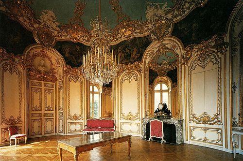 Germain Boffrand (1667 -1754) was een van de bekendste Franse architecten uit zijn tijd. Hij was één van de oprichters van de rococo, ook de style régence genoemd. In tegenstelling tot het interieur die op rococo is gebaseerd, gebruikt Boffrand voor het exterieur Late Barok met vernieuwingen in ruimtelijke gebruik.  Een bouwproject waarmee hij de geschiedenisboeken haalde is onder andere de restauratie van Petit-Luxembourg.