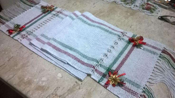 Caminho de mesa em barbante, confeccionado em tear de pente liço com motivo natalino.